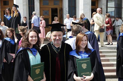 Торжественная церемония вручения дипломов студентам философского   view the full image